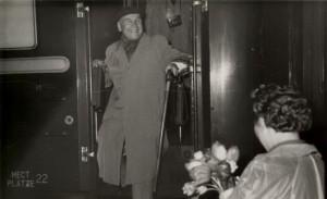Сустрэча М. Забэйды-Суміцкага ў Менску на чыгуначным вакзале ў 1963 г. Падносіць кветкі Ніна Гілевіч.