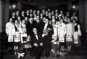 Міхась Забэйда-Суміцкі (у цэнтры) з хорам Рыгора Шырмы. Вільня. 12 снежня 1938 г.
